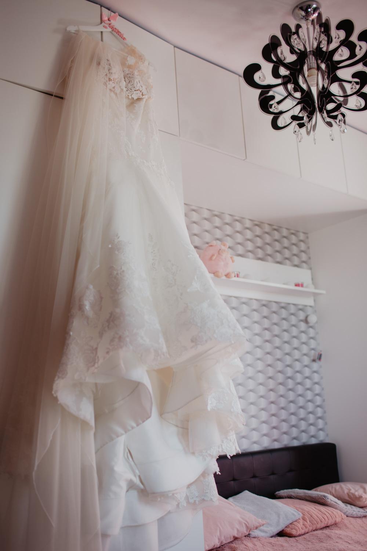 szlafrok Panna Młoda i bukiet ślubny