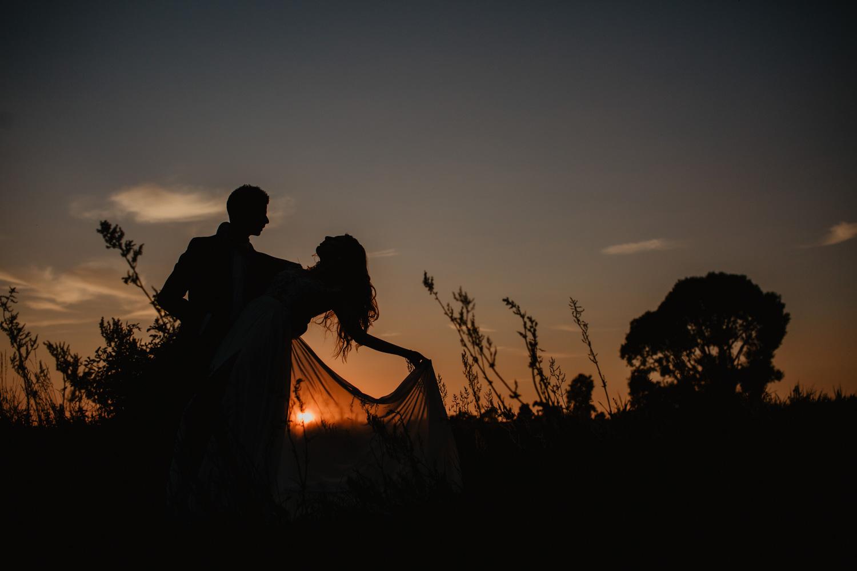 plener Darii i Łukasza na łące przy zachodzcym słońcu przy starej stodole