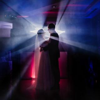 kreatywne zdjęcie Pary Młodej i światła dja