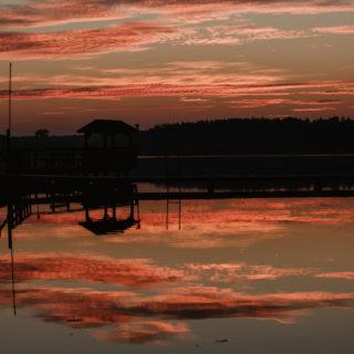 zachód słońca nad jeziorem i pomostem
