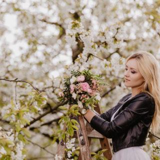 sesja narzeczeńska w kwitnących wiśniach Moniki i Szymona
