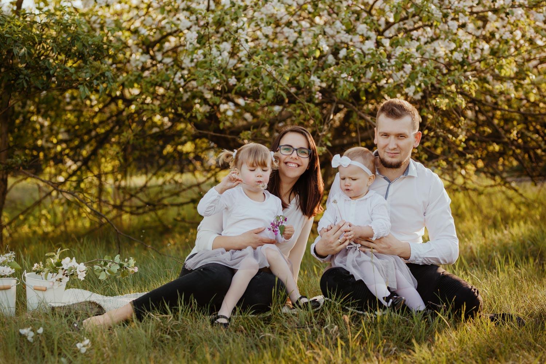 Sesja rodzinna w kwitnącym sadzie   fotografia dziecięca   Iga Ola Anita i Kuba