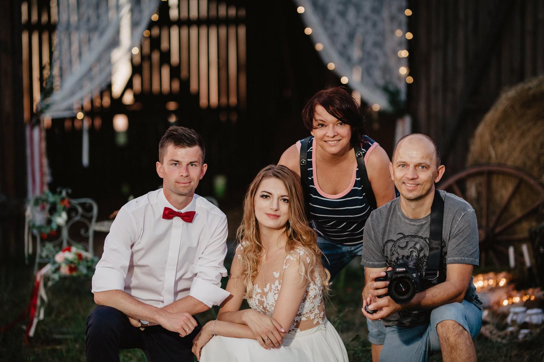 Rustykalna sesja ślubna w starej stodole | Daria i Łukasz