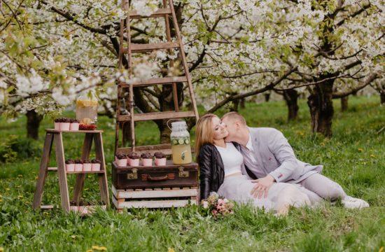 Sesja narzeczeńska w wiśniowym sadzie | Monika i Szymon